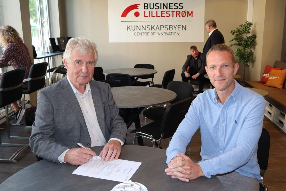 Torstein Leiro og Anders Westgaard i Datek signerer kontrakten