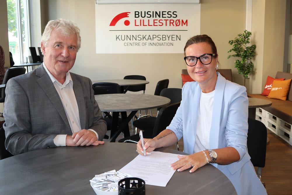 Torstein Leiro og Line Lønseth Malmo signerer kontrakten
