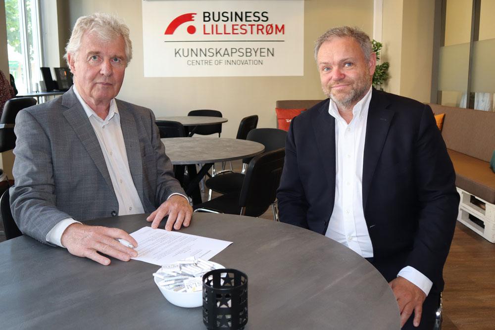 Torstein Leiro og Thomes Trømborg signerer kontrakt